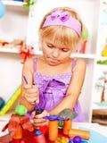 Enfant jouant la pâte à modeler. Photos libres de droits