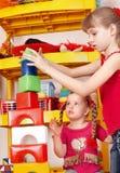 Enfant jouant le bloc et la construction I. réglé. Image stock