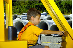 Enfant jouant le constructeur Photos stock