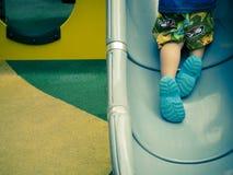 Enfant jouant le glisseur Image libre de droits