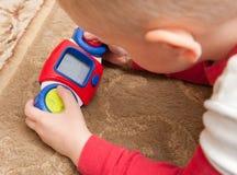 Enfant jouant le jeu vidéo Photographie stock libre de droits