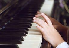 Enfant jouant le piano Photographie stock libre de droits