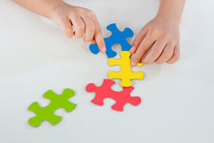 Enfant jouant le puzzle coloré Images libres de droits