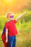 Enfant jouant le superhéros et l'homme superbe Photo libre de droits