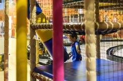 Enfant jouant le terrain de jeu intérieur Photographie stock