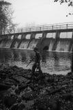 Enfant jouant par le barrage Photographie stock