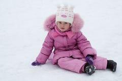 Enfant jouant pendant l'hiver Images libres de droits