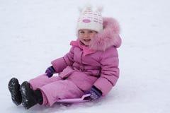 Enfant jouant pendant l'hiver Images stock