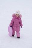Enfant jouant pendant l'hiver Photos libres de droits