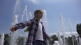 Enfant jouant, rotation extérieure en parc, fille heureuse de sourire appréciant l'été 4K banque de vidéos