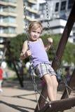 Enfant jouant sur la cour de jeu urbaine Photographie stock libre de droits