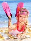 Enfant jouant sur la plage. Photo libre de droits