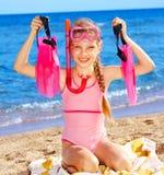 Enfant jouant sur la plage. Images libres de droits