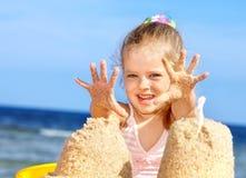Enfant jouant sur la plage. Image libre de droits