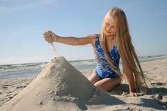 Enfant jouant sur la plage Image libre de droits