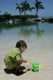 Enfant jouant sur la plage Image stock