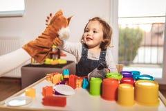 Enfant jouant sur la table d'intérieur photographie stock libre de droits