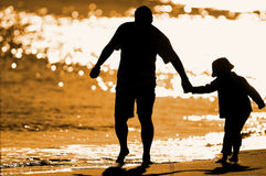 Enfant jouant sur le bord de la mer Photos libres de droits
