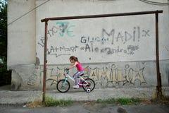 Enfant jouant sur les rues de la ville de constanta, Roumanie Photographie stock libre de droits