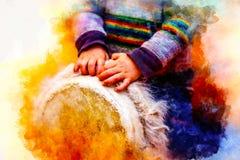 Enfant jouant un tambour de djembe avec les configurations naturelles de fourrure de chèvre et le fond doucement brouillé d'aquar image stock
