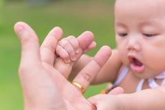 Enfant jugeant la main du père au parc public extérieure Photo libre de droits