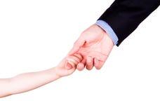 Enfant tenant la main du père. Concept de confiance, de togethterness et de soutien. Photos stock