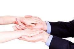 Enfant tenant la main du père. Concept de confiance, de togethterness et de soutien. Image stock