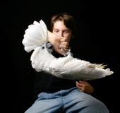 Enfant jugeant le Cockatoo espiègle de parapluie à l'envers Images libres de droits