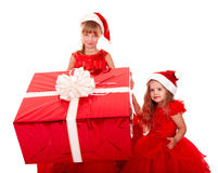 Enfant l dans le chapeau de Noël avec le cadre de cadeau. Images libres de droits
