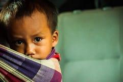 Enfant laotien sur un bateau lent images stock