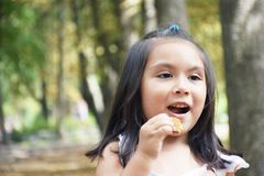 Enfant latin mangeant le biscuit Image libre de droits