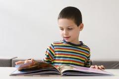 Enfant lisant un livre photographie stock