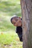 Enfant mâle d'Afro-américain jouant à l'extérieur Images libres de droits