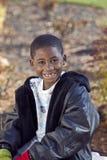 Enfant mâle d'Afro-américain jouant à l'extérieur Photo stock
