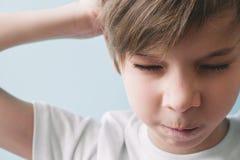 Enfant mécontent Concept d'émotion images stock