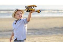 Enfant méditant sur la plage Photos libres de droits