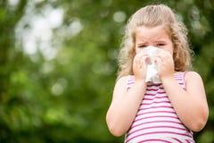 Enfant malade avec des éternuements de grippe photo stock