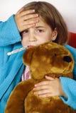 Enfant malade avec la fièvre Images stock