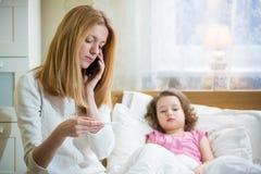 Enfant malade avec la fièvre Photographie stock libre de droits