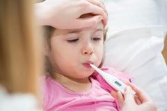 Enfant malade avec la fièvre Image stock