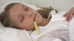 Enfant malade dans le lit, enfant malade avec le thermomètre, fille dans l'hôpital, médecine de pilules clips vidéos
