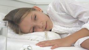 Enfant malade dans le lit, enfant malade avec le thermom?tre, fille dans l'h?pital, m?decine de pilules banque de vidéos