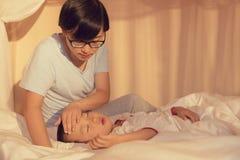 Enfant malade de soin de mère Photos libres de droits