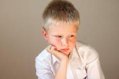Enfant malheureux inquiété par renversement triste photos stock