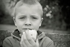 Enfant mangeant Apple Photo libre de droits