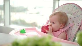 Enfant mangeant Apple Concept sain de nourriture de bébé Bébé doux mangeant du fruit banque de vidéos
