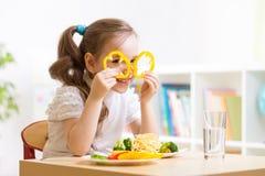 Enfant mangeant dans le jardin d'enfants Photos libres de droits