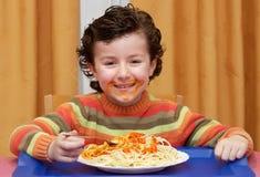 Enfant mangeant dans sa maison Image libre de droits