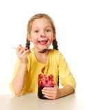 Enfant mangeant de la confiture photographie stock libre de droits