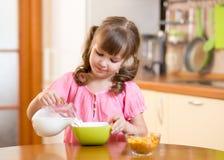 Enfant mangeant de la nourriture saine à la maison Photo libre de droits